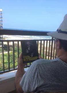 """SND Editores: """"Nos llega esta foto de un lector en la que nos indica que está disfrutando de nuestro libro Contra la manipulación de la izquierda"""""""